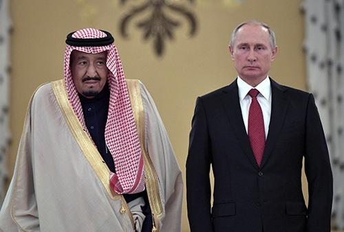 サウジアラビアのサルマン国王は2017年10月、ロシアを初めて訪れプーチン大統領と会談した。この直後、息子のムハンマド皇太子が主導する形で、王族の大量拘束が実施された(写真:ロイター/アフロ)