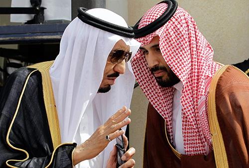 サウジアラビアのサルマン国王(左)はムハンマド皇太子(右)と共に、傷みの伴う国家改革に乗り出した。(写真=AP/アフロ)