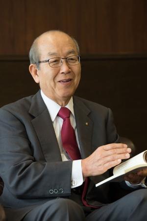 大山社長が手にしている本は「ユーザーイン経営」。自身の経営哲学を記した本を社内向けに出版した(写真:村上昭浩)
