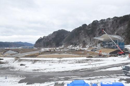 釜石市で甚大な被害を受けた鵜住居地区で建設が進むスタジアム(写真:時事)