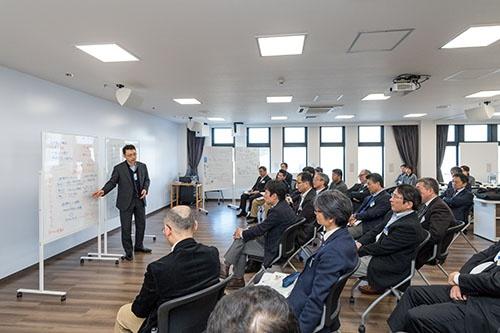 新任本部長研修で、南相馬ソーラー・アグリパークにて討議(写真:野口勝宏)