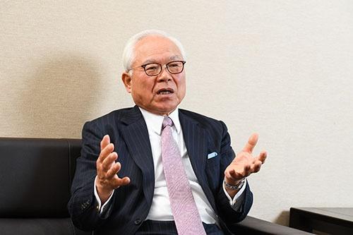 ルミネの新井良亮社長。JR東日本では駅ナカの商業施設の開発で実績を上げ、副社長を務めた。(写真:清水 真帆呂)