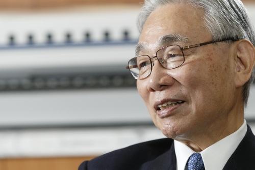 <b>葛西 敬之</b>(かさい よしゆき)氏<br /> 1940年生まれ。63年東京大学法学部卒業後、日本国有鉄道(国鉄)入社。69年米ウィスコンシン大学経済学修士号取得。国鉄では多くの経営計画業務に携わる。87年東海旅客鉄道(JR東海)発足と同時に取締役、95年に社長就任。2004年に会長、2014年から現職。1990年から代表取締役を務める。国家公安委員など政府の要職を歴任。(写真=村田和聡)