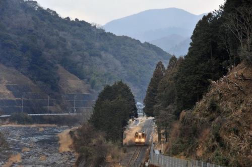 名松線は三重県松阪市から同県津市美杉町を結ぶ。1両編成で山間を走る。終点に近づくほど、自然豊かな景色を眺められる(写真=高木茂樹)