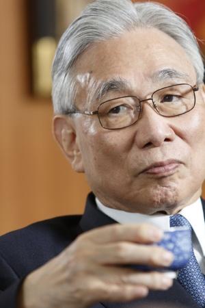 <b>葛西 敬之</b>(かさい よしゆき)氏<br />1940年生まれ。63年東京大学法学部卒業後、日本国有鉄道(国鉄)入社。69年米ウィスコンシン大学経済学修士号取得。国鉄では多くの経営計画業務に携わる。87年東海旅客鉄道(JR東海)発足と同時に取締役、95年に社長就任。2004年に会長、2014年から現職。1990年から代表取締役を務める。国家公安委員など政府の要職を歴任。(写真=村田和聡)