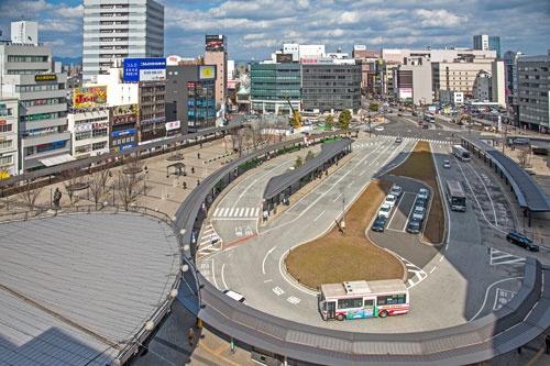 駅前には巨大な広場があり、商店街へと続く歩行スペースがある(写真:山本巌)