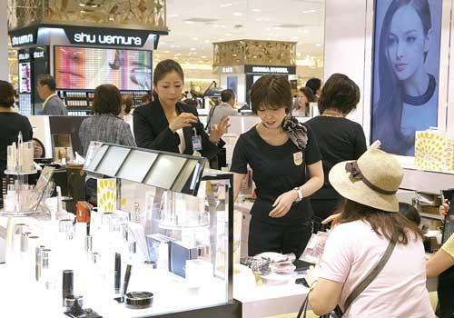 百貨店の化粧品売り場は見た目の華やかさの一方で競争は激しい(写真:時事)