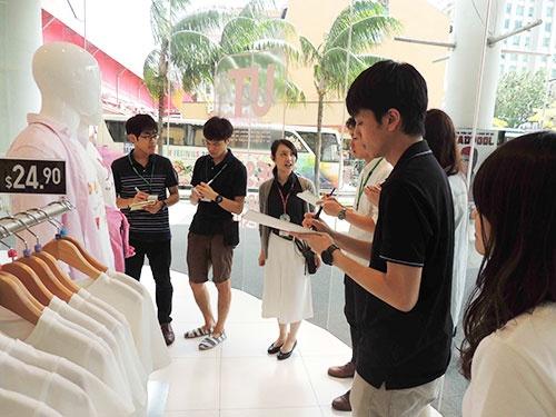 シンガポールのブギスプラス店で店舗を視察するインターンシップ生たち。中央の大賀裕美子店長に対して、学生から質問が途切れることがなかった