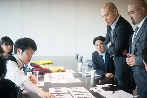 ユニフォームについて議論を交わすnendoの佐藤オオキ代表(左)と、早稲田大学ラグビー蹴球部の山下大悟監督(右から2人目) (写真=名児耶 洋)
