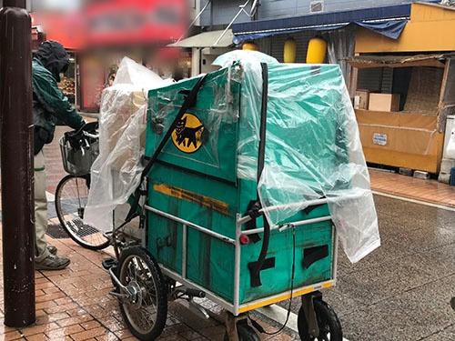 ヤマト運輸は自転車の活用など様々な手法で、日本の津々浦々まで宅配便を届ける。トレードマークであるクロネコの認知度は高い