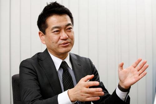 <b>角井亮一(かくい・りょういち)氏</b><br />1968年大阪生まれ、奈良育ち。上智大学経済学部経済学科で3年で単位取得終了し、渡米。ゴールデンゲート大学からマーケティング専攻でMBA取得。帰国後、船井総合研究所に入社し、小売業へのコンサルティングを行い、1996年にはネット通販参入セミナーを開催。その後、光輝物流に入社し、物流コンサルティングを実施。2000年2月、株式会社イー・ロジット設立、代表取締役に就任。年間1億3700万個を出荷するグループ「宅配研究会」代表幹事。宅配事業者と協力し、安定供給・安定価格を目指すために、真剣に議論する研究会。「アマゾンと物流大戦争」(NHK出版)、「物流がわかる」(日経文庫)、「2時間でわかるオムニチャネル入門」(あさ出版)など20冊を発行 (写真=尾関裕士)