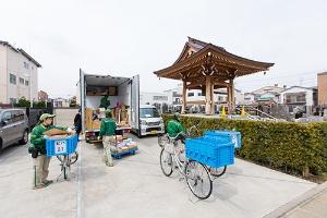 東京都内のチーム集配の様子。1台のトラックに対して、数人のパートタイマーが集まり、地域の荷物を一気に運んでいく