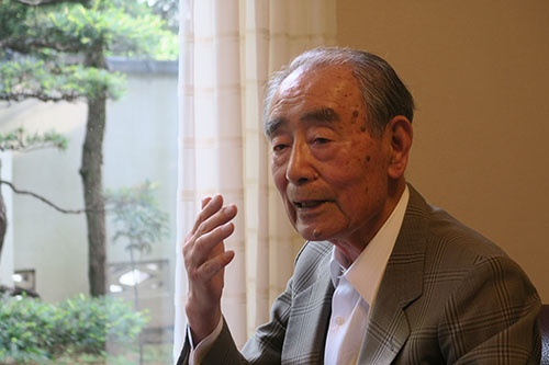 <b>都築幹彦(つづき・みきひこ)氏</b><br /> 1929年(昭和4年)東京生まれ。慶応義塾大学卒業後、大和運輸(現ヤマト運輸)に入社。路線部営業課長時代、営業部長に着任した小倉昌男氏と出会い、その後35年にわたり共に働く。一方、昌男氏の父で創業者の小倉康臣氏からも信頼を得ていた。昌男氏とともに宅急便事業に取り組み、全国ネットワークへと育て上げた。87年から社長、91年から会長、93年に相談役に就任し95年、昌男氏とともに退任した。著書に「どん底から生まれた宅急便」(日本経済新聞出版社)。