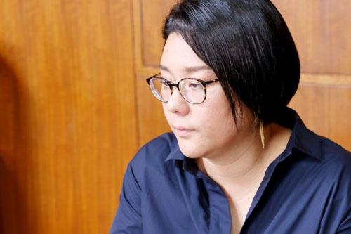 """<b>ジェーン・スー</b><br />1973年、東京生まれの日本人。作詞家、コラムニスト、ラジオパーソナリティ。現在、TBSラジオ「<a href=""""https://www.tbsradio.jp/so/"""" target=""""_blank"""">ジェーン・スー 生活は踊る</a>」のパーソナリティーを務める。『<a href=""""https://amzn.to/2AXKi4b"""" target=""""_blank"""">貴様いつまで女子でいるつもりだ問題</a>』(幻冬舎文庫)で第31回講談社エッセイ賞を受賞。著書に『<a href=""""https://amzn.to/2AYffVX"""" target=""""_blank"""">私たちがプロポーズされないのには、101の理由があってだな</a>』(ポプラ文庫)、『<a href=""""https://amzn.to/2KIGO5r"""" target=""""_blank"""">女の甲冑、着たり脱いだり毎日が戦なり。</a>』(文藝春秋)、『<a href=""""https://amzn.to/2OpSADH"""" target=""""_blank"""">今夜もカネで解決だ</a>』(朝日新聞出版)など。コミック原作に『<a href=""""https://amzn.to/2vTfOKR"""" target=""""_blank"""">未中年~四十路から先、思い描いたことがなかったもので。~</a>』(漫画:ナナトエリ、バンチコミックス)がある。"""