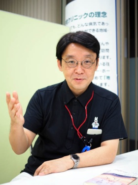 "<span class=""fontBold"">小澤竹俊(おざわ・たけとし)</span>1963年東京生まれ。「世の中で一番、苦しんでいる人のために働きたい と願い」医師を志し、1987年東京慈恵会医科大学医学部医学科卒業。 1991年山形大学大学院医学研究科医学専攻博士課程修了。 救命救急センター、農村医療に従事した後、94年より横浜甦生病院 内科・ホスピス勤務、1996年にはホスピス病棟長となる。2006年めぐみ在宅クリニックを開院、院長として現在に至る。「自分がホスピスで学んだことを伝えたい」と、2000年より学校を中心に「いのちの授業」を展開。「ホスピスマインドの伝道師」として精力的な活動を続けてきた。2013年より、人生の最終段階に対応できる人材育成プロジェクトを開始し、多死時代にむけた人材育成に取り組み、2015年、有志とともに一般社団法人エンドオブライフ・ケア協会を設立し、理事に就任。現在に至る。2017年3月にはNHK「プロフェッショナル 仕事の流儀」に登場し、大きな反響を呼んだ。"