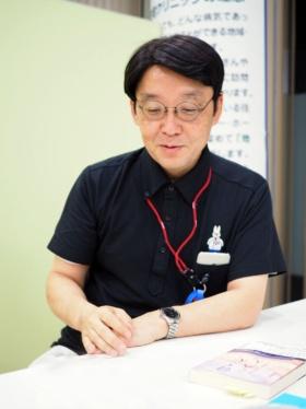 "<span class=""fontBold"">小澤竹俊(おざわ・たけとし)</span><br />1963年東京生まれ。「世の中で一番、苦しんでいる人のために働きたい と願い」医師を志し、1987年東京慈恵会医科大学医学部医学科卒業。 1991年山形大学大学院医学研究科医学専攻博士課程修了。 救命救急センター、農村医療に従事した後、94年より横浜甦生病院 内科・ホスピス勤務、1996年にはホスピス病棟長となる。2006年めぐみ在宅クリニックを開院、院長として現在に至る。「自分がホスピスで学んだことを伝えたい」と、2000年より学校を中心に「いのちの授業」を展開。「ホスピスマインドの伝道師」として精力的な活動を続けてきた。2013年より、人生の最終段階に対応できる人材育成プロジェクトを開始し、多死時代にむけた人材育成に取り組み、2015年、有志とともに一般社団法人エンドオブライフ・ケア協会を設立し、理事に就任。現在に至る。2017年3月にはNHK「プロフェッショナル 仕事の流儀」に登場し、大きな反響を呼んだ。"