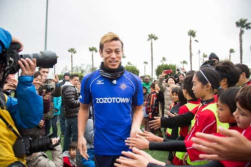 本田圭佑氏は昨年12月、米国ロサンゼルスで初めてサッカースクールを開いた(写真:HONDA ESTILO)