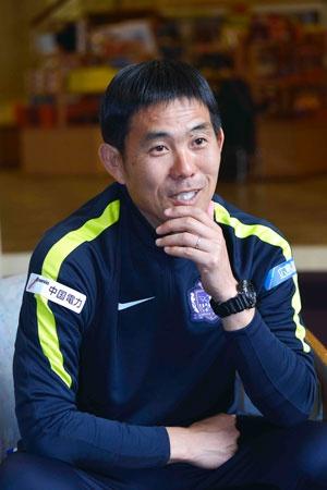 <b>森保一(もりやす・はじめ)氏</b><br/>Jリーグの前身・日本サッカーリーグのマツダに所属。1993年のJリーグ開幕後はサンフレッチェ広島でプレー。京都サンガ、ベガルタ仙台にも在籍した。日本代表として35試合に出場し、「ドーハの悲劇」も経験。サンフレッチェコーチ、アルビレックス新潟ヘッドコーチを経て2012年からサンフレッチェ監督。チームを4年間で3度の日本一に導いた手腕が高く評価されている。愛称は「ポイチ」。激しいプレースタイルと対照的な温和な人柄で知られ、日本に「ボランチ」というポジションを定着させた功労者と言われている。著書に『プロサッカー監督の仕事 非カリスマ型マネジメントの極意』(カンゼン)がある。長崎市出身(撮影:石井 貞生)