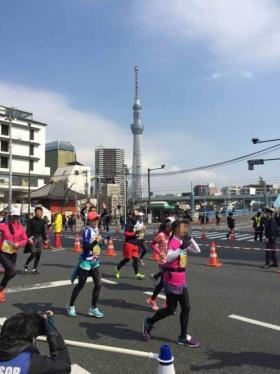 スタートから28kmで浅草雷門を折り返す。クスリを飲んで気力が回復したので、写真を撮る余裕も出てきた。遠くに見えるのは、東京の新名所である東京スカイツリー