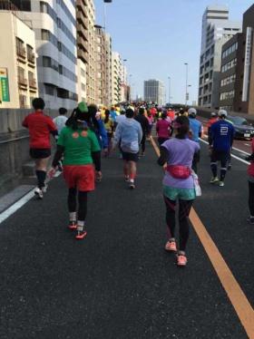 スタートから36km付近にある佃大橋は東京マラソンで最大の難所と言われる。この距離に長い上り坂を持ってくるコース配置が憎らしい…。私の周囲のランナーは皆、歩いていました