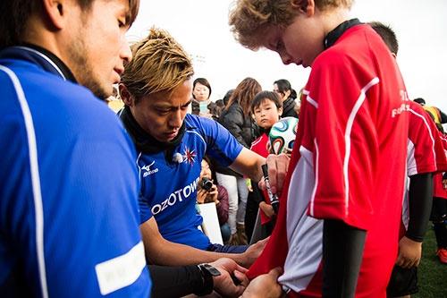 サッカースクールが終わると、子供たちのユニフォームにサインした(写真:HONDA ESTILO)