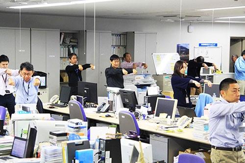 始業前のヤマハ発動機のオフィスには「Revストレッチ」の音楽が流れる