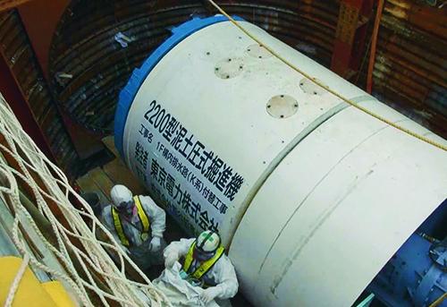 排水中の放射性物質の濃度が高い「K排水路」の排水先を、外洋からシルトフェンスで囲われた港湾内に付け替える工事。2015年度内の完了を目標に、熊谷組が推進工法でヒューム管のトンネルを構築している(写真:東京電力)