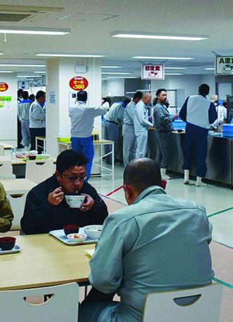 2015年6月に運用を開始した大型休憩所内の食堂。大熊町に建設した給食センターで調理し、温かい食事を提供する。メニューは2種類の定食とカレー、丼、麺の合計5種類。日によってトッピングなどが変わる。値段は一律380円だ(写真:代表撮影)