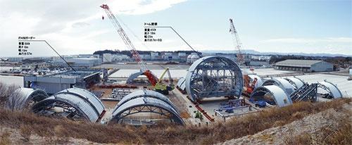 写真1■ 鹿島が福島県いわき市の小名浜港に保管している3号機原子炉建屋の燃料取り出し用カバー。大型ユニット化した部材は、東京電力福島第一原子力発電所まで海上輸送する(写真:鹿島)