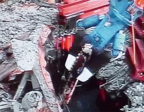 写真4■ プール内に水没した鉄骨がれきを撤去する様子。2012年12月20日撮影(写真:東京電力)