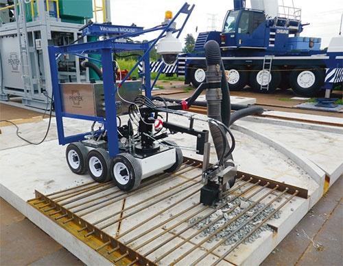 建屋上部の除染に使用している米ペンテック社製の吸引機(写真:鹿島)