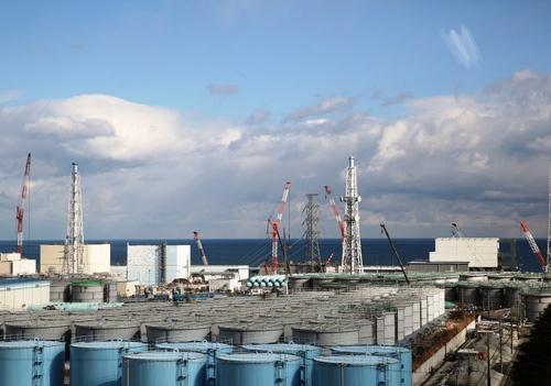 発電所の正門付近にある大型休憩所の7階から見た福島第一原発。汚染水を貯蔵するタンクは約1000基ある(写真:日本記者クラブ取材団代表撮影)