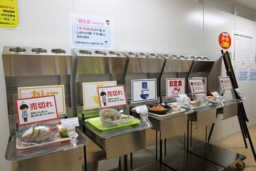 2015年6月に運用を開始した大型休憩所内の食堂。大熊町に建設した給食センターで調理し、温かい食事を提供する。メニューは2種類の定食とカレー、丼、麺の合計5種類。日によってトッピングなどが変わる。値段は一律380円(写真:日本記者クラブ取材団代表撮影)
