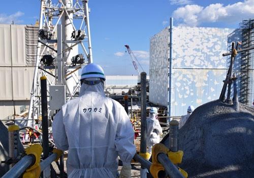 取材団は東京電力の案内で高台に向かった(写真:日本記者クラブ取材団代表撮影)