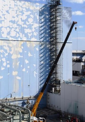 2号機原子炉建屋でも、燃料の取り出しに向けて上部の全面解体が決まった。重機が走行できるように、西側でヤードの整備が進んでいる(写真:日本記者クラブ取材団代表撮影)