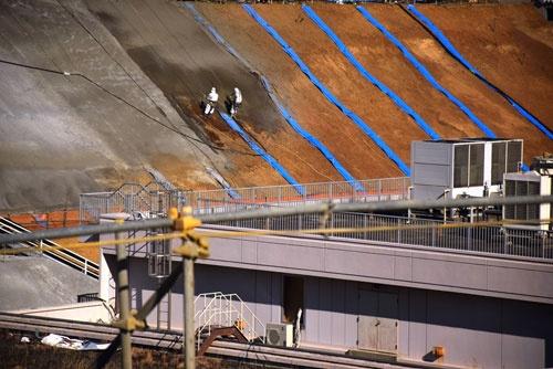 1号機原子炉建屋北側の法面で進むフェーシング作業(写真:日本記者クラブ取材団代表撮影)
