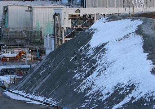 フェーシングが済んだ法面。右手奥に3号機原子炉建屋がある(写真:日本記者クラブ取材団代表撮影)