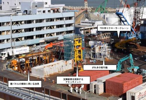 作業ヤードの拡大写真。カバー解体に使用する専用の機械が置いてある(写真:日本記者クラブ取材団代表撮影)