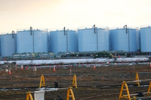 増え続ける汚染水の貯蔵タンク。漏えいを防ぐために、ボルトを使ったフランジ型から、溶接型への置き換えが進んでいる(写真:日本記者クラブ取材団代表撮影)