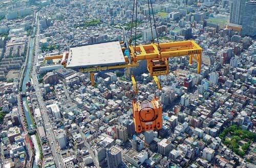東京スカイツリーの天望デッキ用軒天パネルは、てんびんの上に載せて吊り込んだ。てんびんの下にあるのがスカイジャスター。このような使い方もできる(写真:大林組)