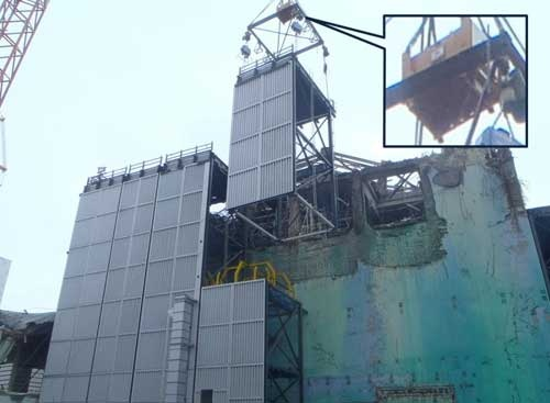 がれき撤去用構台を組み立てる様子。スカイジャスターを用いている(写真:鹿島)