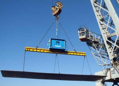 港湾の荷役作業用に改良した青いスカイジャスター。厚板鋼材を吊っている(写真:神鋼物流)