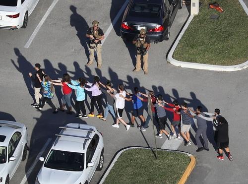 マージョリー・ストーンマン・ダグラス高校の銃乱射では19歳の元生徒がAR-15で凶行に走った(写真:Joe Raedle/Getty Images)