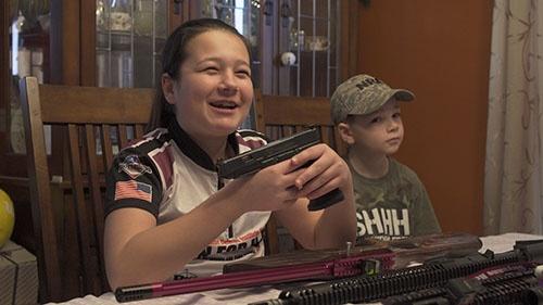 娘のシャイアン(左)は13歳にして射撃大会の成人の部で優勝するほどの腕前(写真:Retsu Motoyoshi)