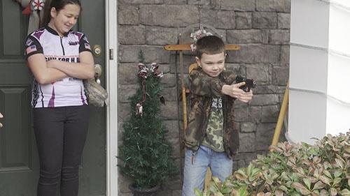 8歳の弟も銃の扱いの練習を始めた(写真:Retsu Motoyoshi)