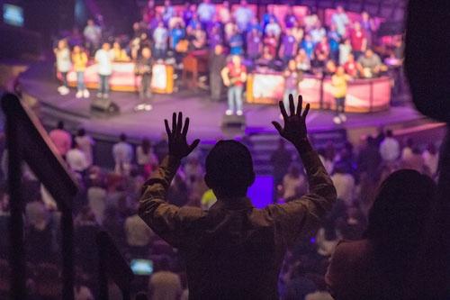 礼拝はギターとドラムの生演奏で始まる(写真:Paula Horstman)