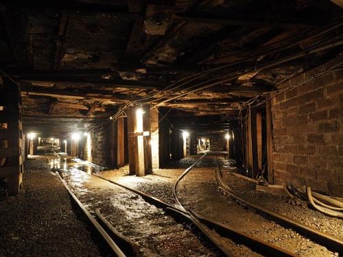 数年前に閉山した炭鉱内部。背丈よりも低い坑道での作業は想像以上に過酷だ。