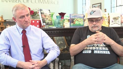 「100マイルも離れたところからオピオイドを買いに来る人間もいた」と語る地元商工会議所のチャーリー・マッコイ(写真左)。右はウイリアムソンの元市長、ダリン・マコーミック(写真:Retsu Motoyoshi)