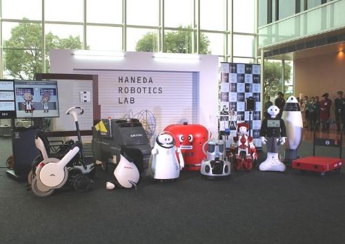 2016年12月、実験エリアに、今回の実証実験で導入される17種類のロボットのうち、匠の「TUG」とALSOK綜合警備保障の「Reborg-X」を除く17種類が集合した。