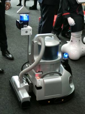 フィグラの「F.ROBOCLEAN」。以前から羽田空港に導入され、国内のオフィスでも100台が稼働しているという。ゴミを吸い取る掃除機タイプ、自律走行方式の業務用清掃ロボットで、今回新たに大型回転灯などを搭載した。